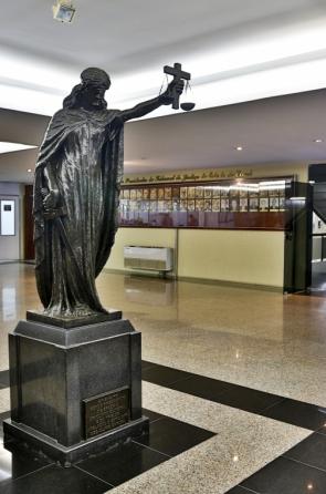 Estátua da Deusa da Justiça na recepção do prédio do Tribunal de Justiça do Ceará (TJCE) (Foto: Fco Fontenele/O POVO)