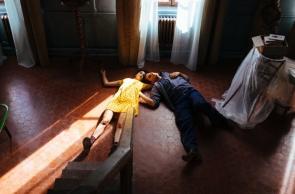 Exibido no Festival de Veneza, o filme acompanha a relação amorosa de um casal extremamente oposto