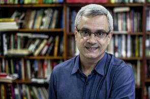 O jornalista e escritor Mário Magalhães posa para foto em seu escritório. Foto Daniel Ramalho para Editora Record.