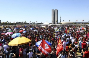 Em, Brasília, mulheres indígenas realizam marcha até o Congresso Nacional.