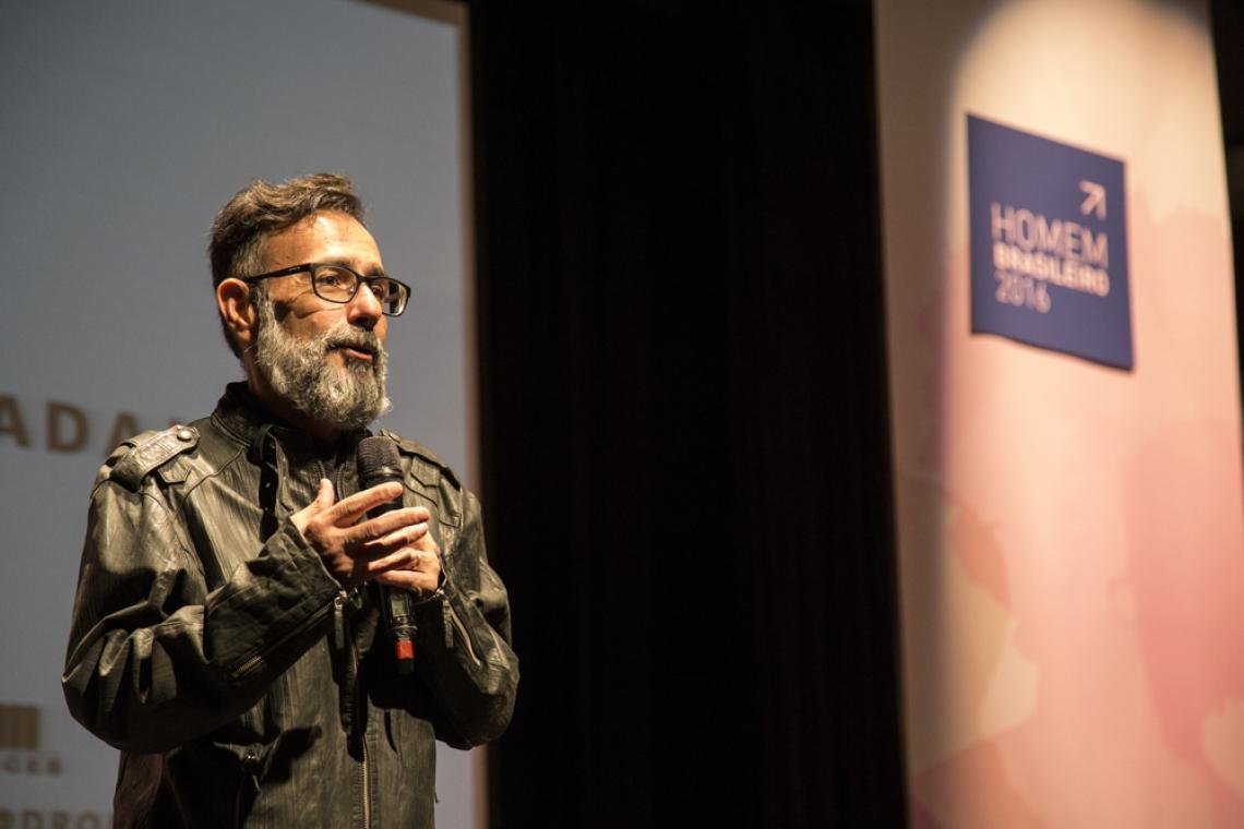 Mario Queiroz, designer de moda, desenvolveu um projeto de curadoria na área durante a pandemia