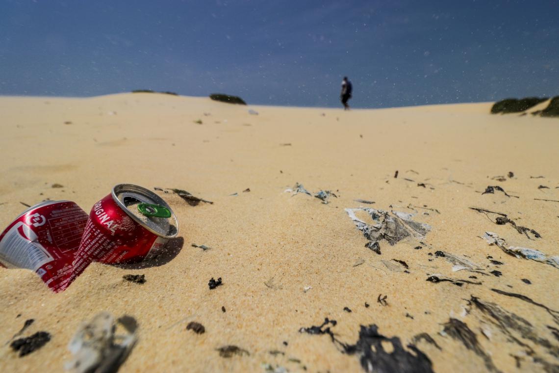 FORTALEZA, CE, BRASIL, 18-08-2019: Garrafas, latas e livros rasgados estão entre os principais resíduos deixados nas dunas da Sabiaguaba. (Foto: Aurélio Alves/O POVO)