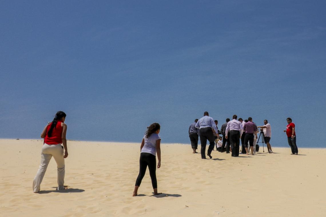 FORTALEZA, CE, BRASIL, 18-08-2019: Grupos se reúnem sobre as dunas da Sabiaguaba e descartam lixo irregularmente. (Foto: Aurélio Alves/O POVO)