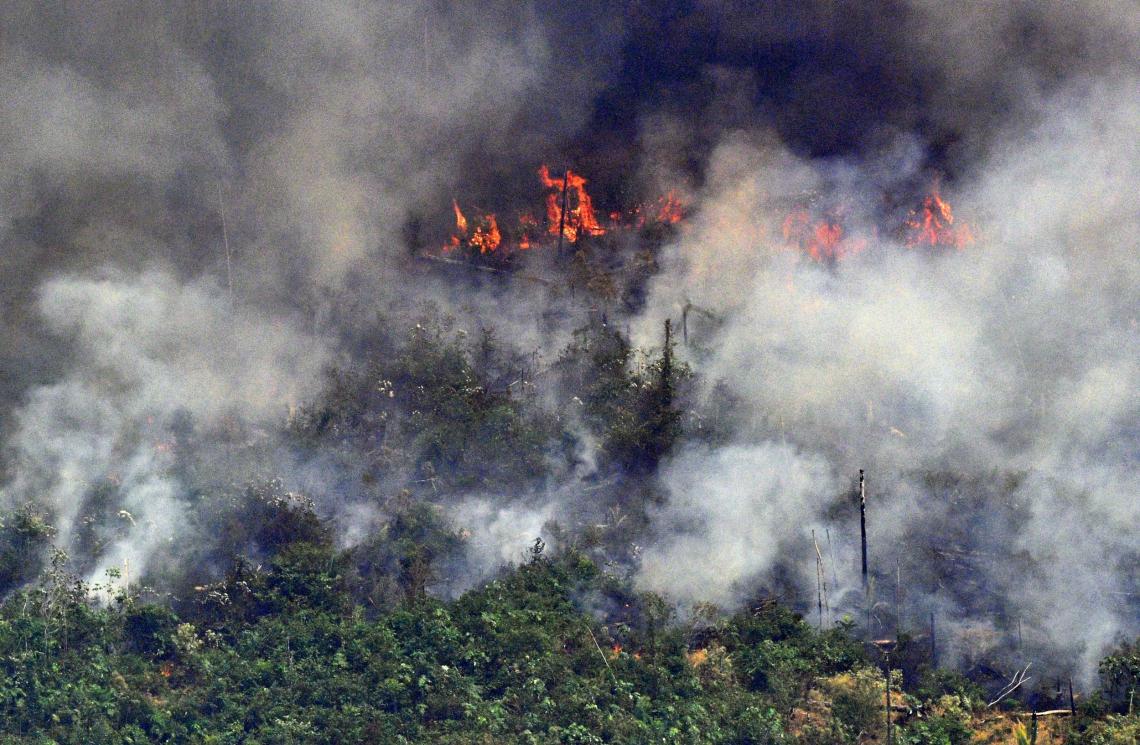 IMAGEM aérea de ontem mostra a fumaça de um trecho de dois quilômetros de extensão da floresta amazônica a 65 km de Porto Velho (RO)