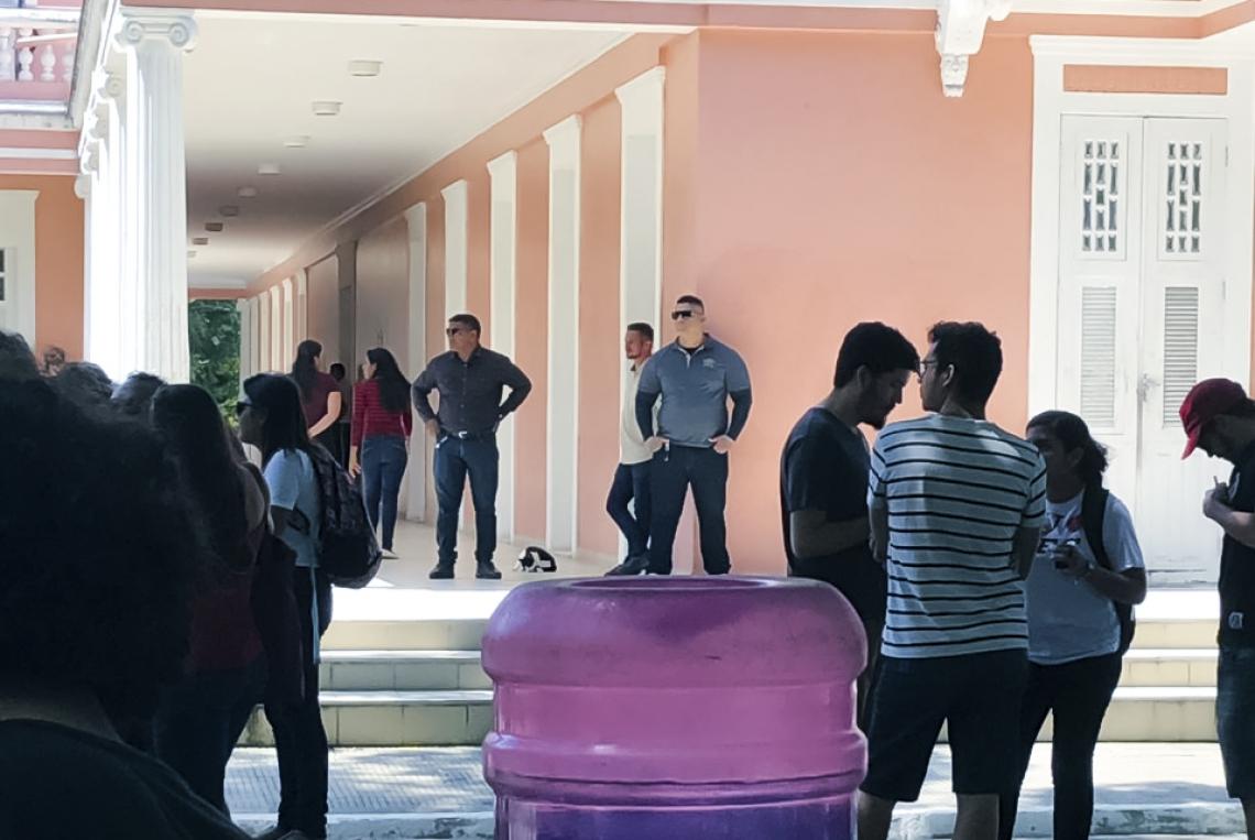 PROFESSORES e estudantes relatam presença de pessoas não-identificadas fazendo segurança da reitoria