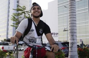 Vitor Gabriel trocou o ônibus pela bicicleta