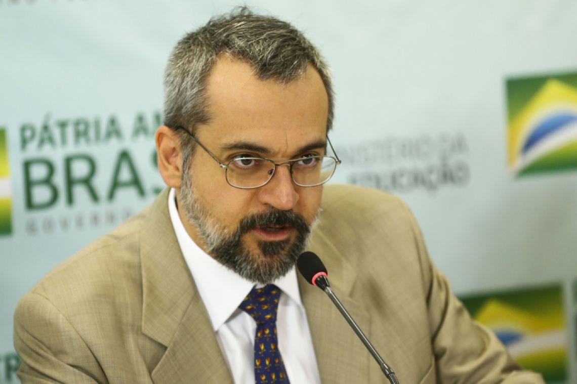 Uso de passaporte diplomático por Abraham Weintraub após anúncio da saída do MEC virou pedido de investigação de Lucas Furtado ao TCU
