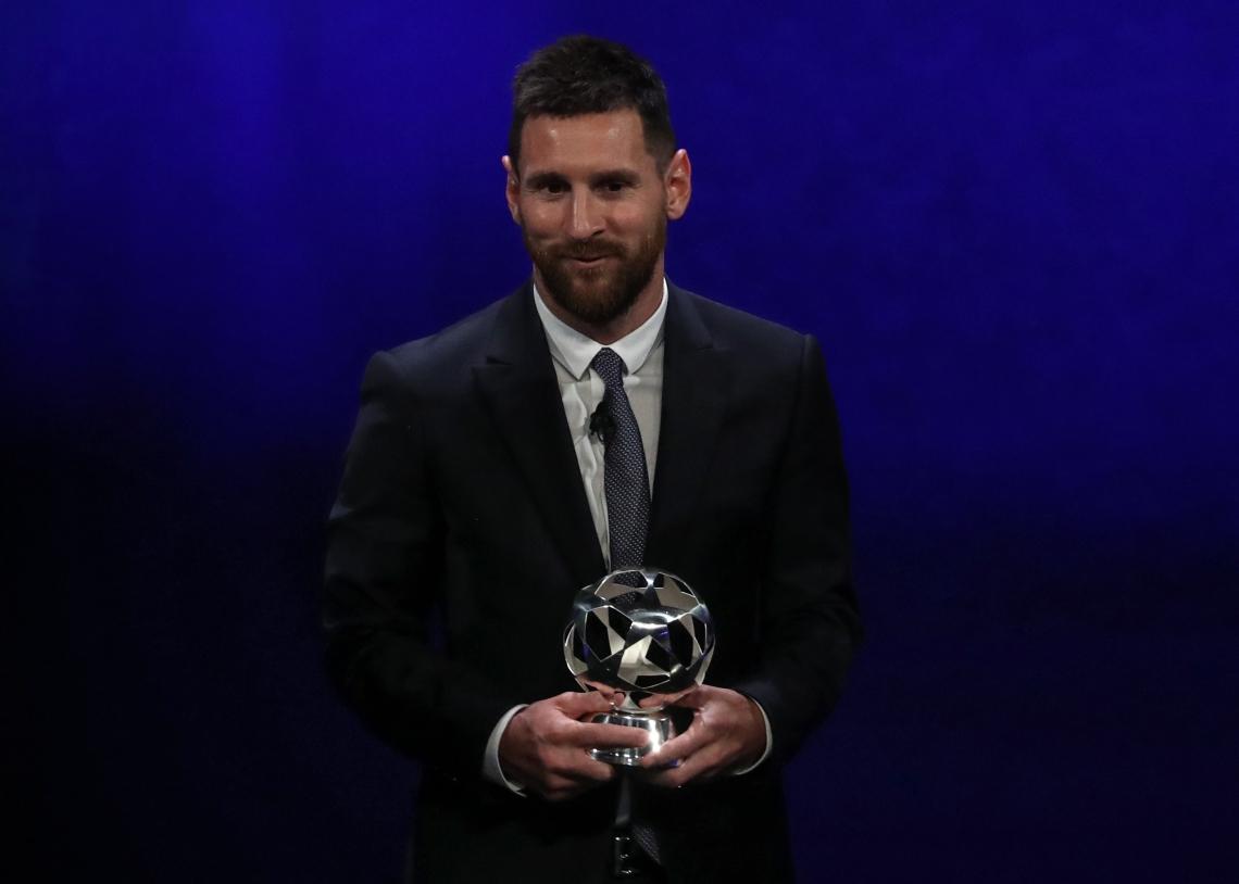 Lionel Messi, com o prêmio de melhor jogador do mundo em 2019