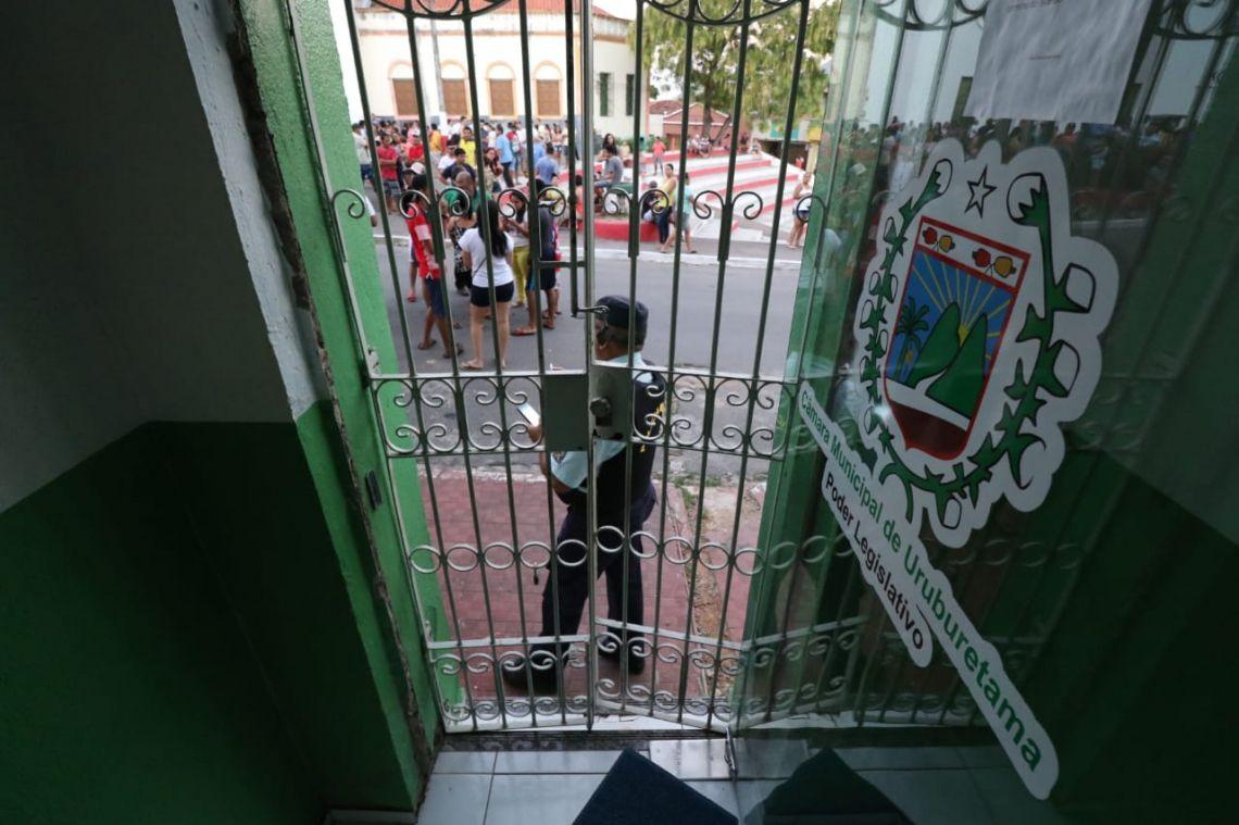 Acesso da Câmara Municipal de Uruburetama, guardada pela Polícia Militar(Foto: Alex Gomes/Especial para O POVO)