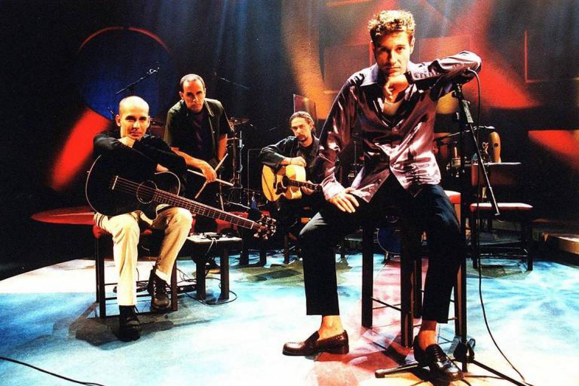 Após uma temporada afastados,o  Capital Inicial voltou ao mainstream do rock nacional após participarem, em 2000, do Acústico MTV