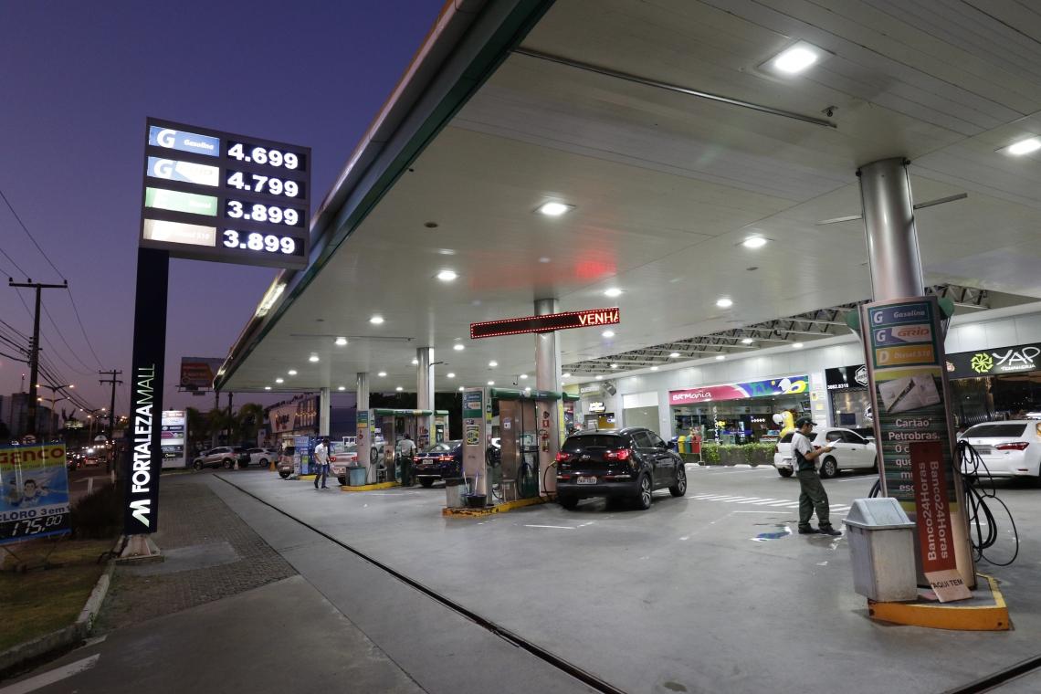 Valor da gasolina nos postos de combustíveis de Fortaleza chega a R$ 4,69 depois dos ataques na Arábia Saudita.