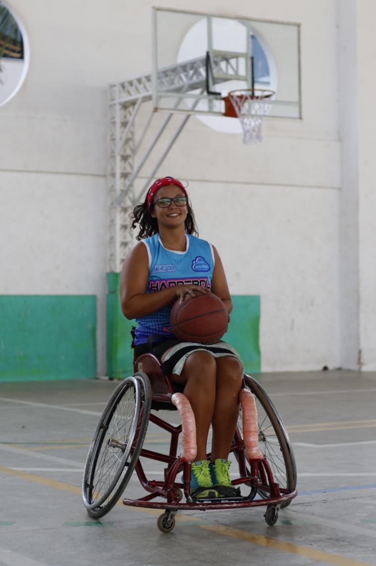Laís Lima, praticante de basquete e handebol