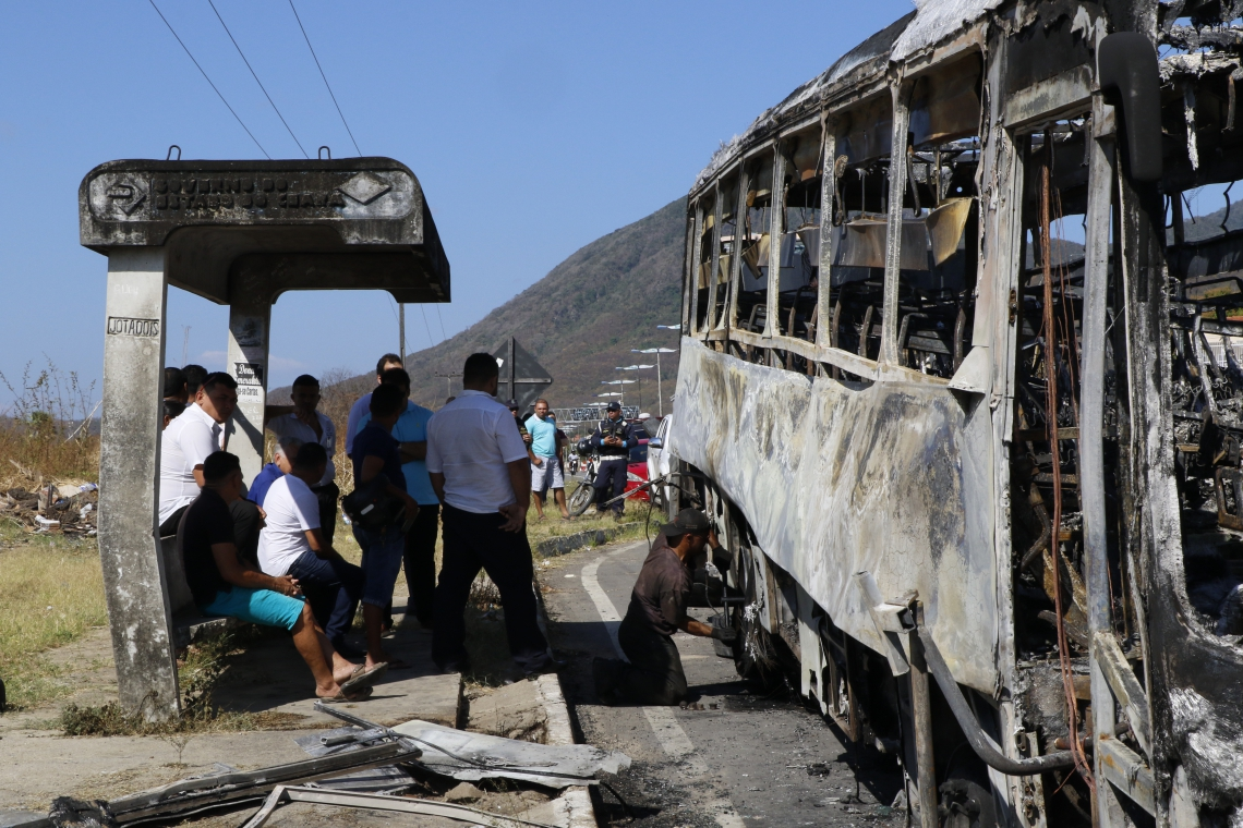 ÔNIBUS incendiado na CE-065, em Maranguape, no bairro Coité, nesta quarta-feira