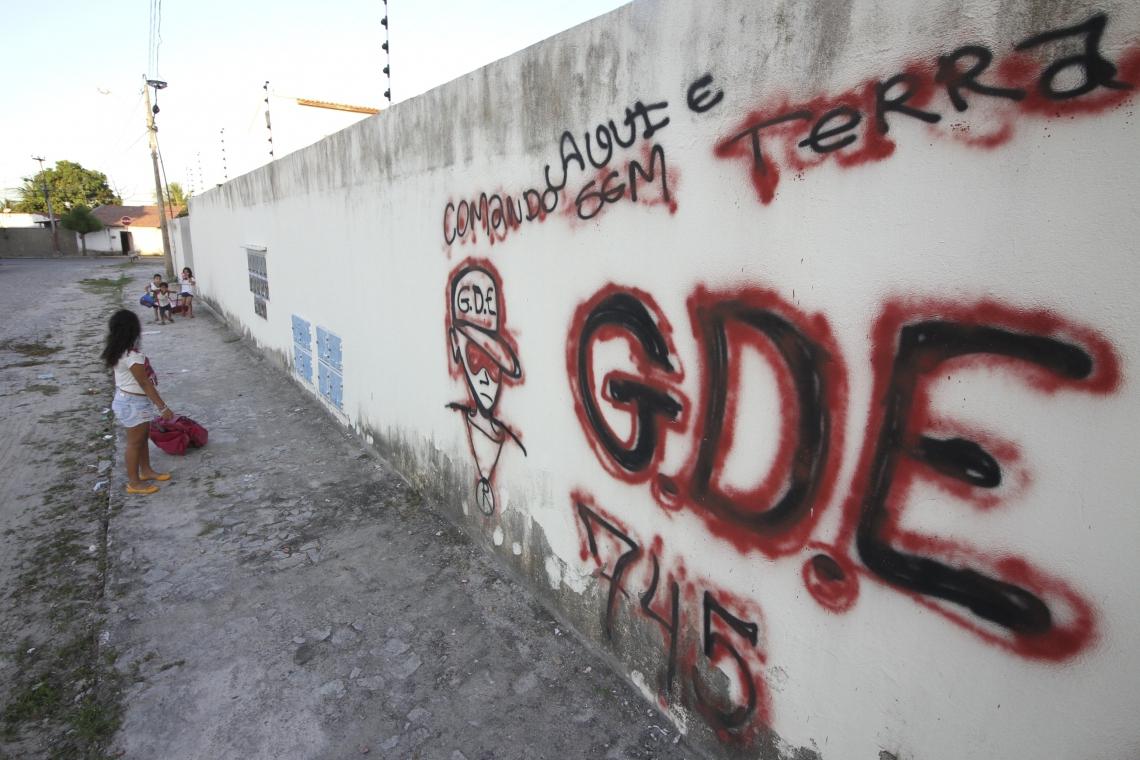 Pichação é principal marca da territorialização das facções. Na imagem, sigla encobriu muro de escola em Horizonte. (MATEUS DANTAS, EM 25/4/2017)