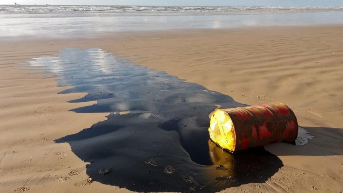 BARRIL DE ÓLEO encontrado na Barra dos Coqueiros, praia de Sergipe