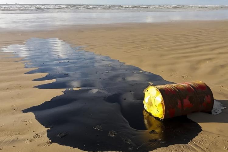 Barril de petróleo encontrado no litoral de Sergipe, o estado mais atingido pela contaminação da mancha de petróleo cru que avança no litoral do Nordeste do Brasil
