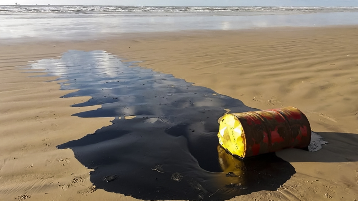 Handout picture released by the Sergipe State Environment Administration (Ademas) on September 27, 2019, showing a barrel of oil spilled on a beach in Barra dos Coqueiros municipality, Sergipe state, Brazil. - The appearance of over 100 beaches spilled with oil is being investigated in Brazil. (Photo by HO / ADEMAS / AFP) / RESTRICTED TO EDITORIAL USE - MANDATORY CREDIT