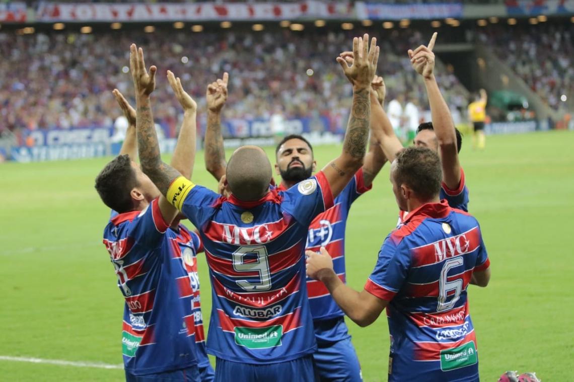 Jogadores do Fortaleza comemoram gol