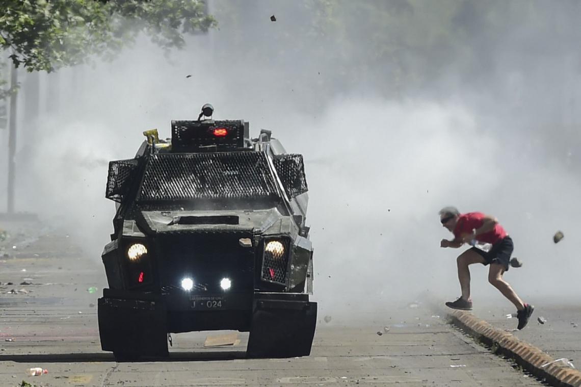 O Chile ordenou um toque de recolher durante a noite pelo terceiro dia consecutivo na segunda-feira, enquanto manifestações violentas e saques que deixaram 11 pessoas mortas continuaram pelo quarto dia consecutivo (Foto: Martin BERNETTI / AFP)