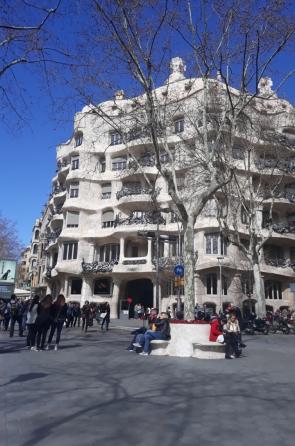 A Casa Milà é conhecida como La Pedrera