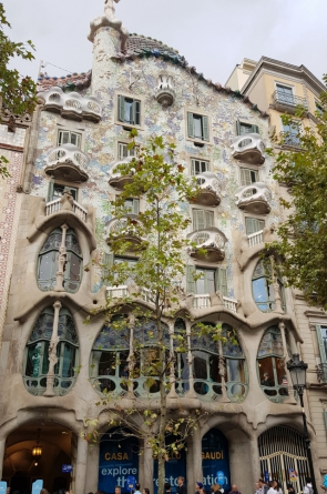 """A Casa Batlló é uma das casa que integram a avenida """"Paseo de Gracia"""""""
