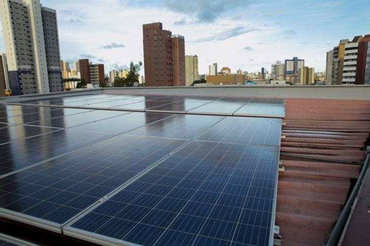 PLACAS SOLARES permitem geração de energia por consumidores residenciais ou de comércios (Foto: JÚLIO CAESAR)