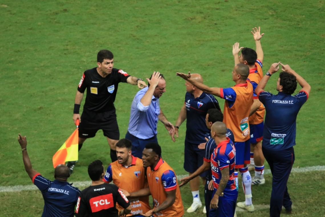 Rogério Ceni e jogadores se revoltaram com erro do árbitro que não marcou falta em André Luis aos 38 minutos do segundo tempo