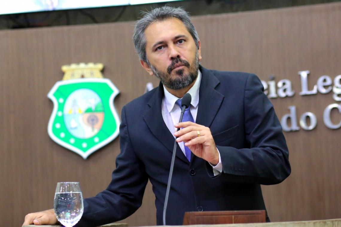 Elmano de Freitas anunciou retirada de projeto da bancada do PT contra discriminação religiosa