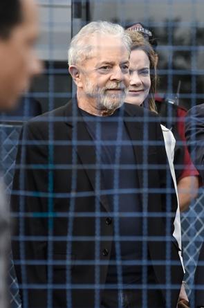 Se Lula voltar à prisão, não será rápido ou não será fácil. Talvez nem um nem outro (Foto: HENRY MILLEO / AFP)