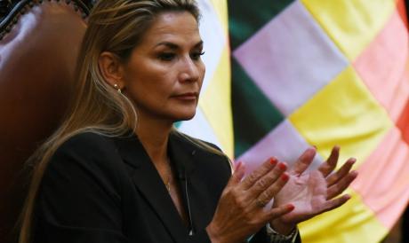 A DIREITISTA Jeanine Anez assume interinamente uma Bolívia em convulsão política e social