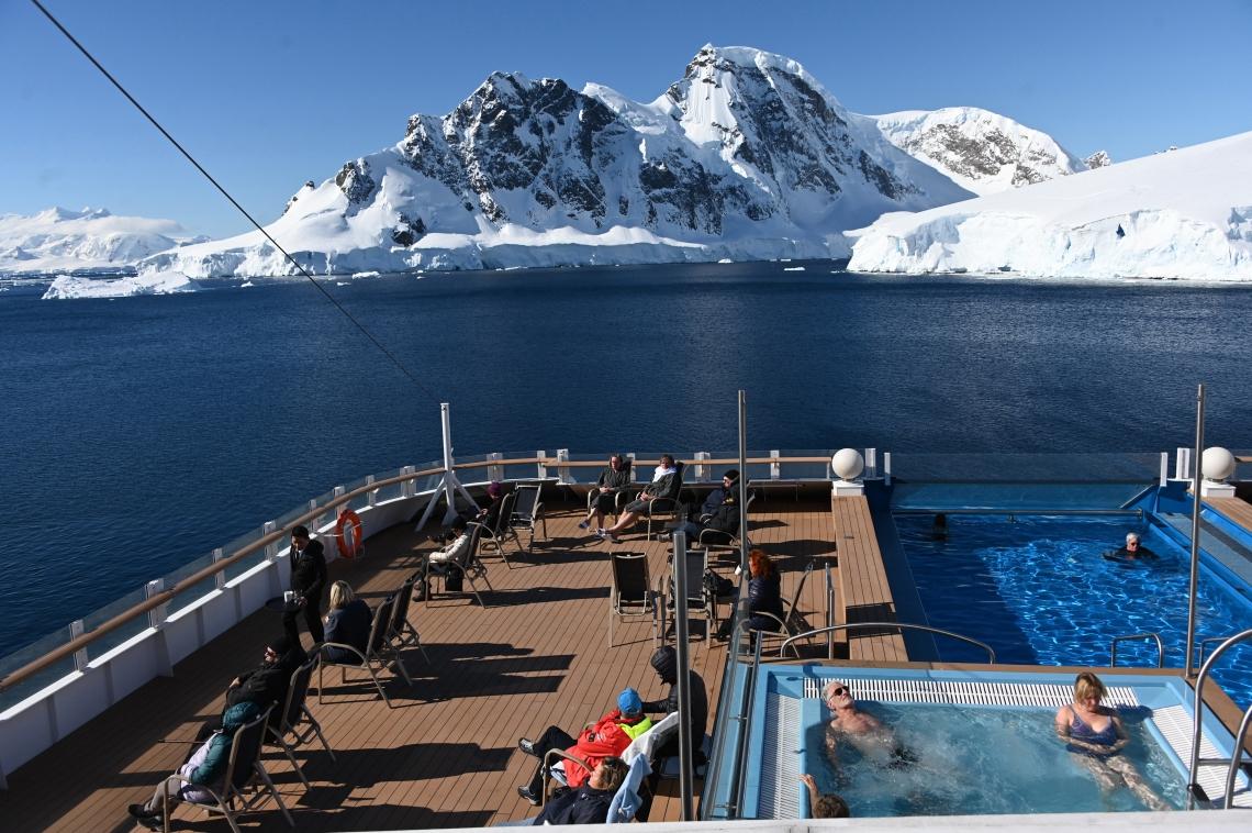 Turistas observam geleiras a bordo do navio MS Roald Amundsen, na Baia de Chiriguano, na Antártica