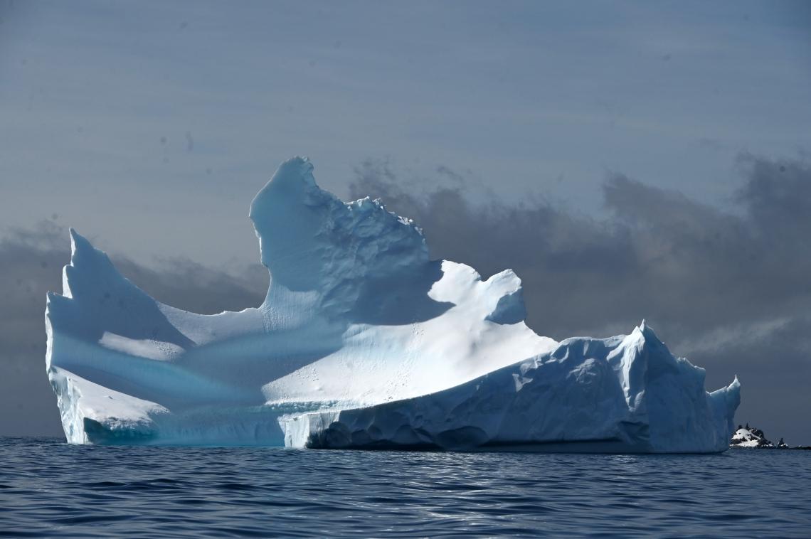 Vista de um iceberg na Ilha de Meia Lua, na Antártica