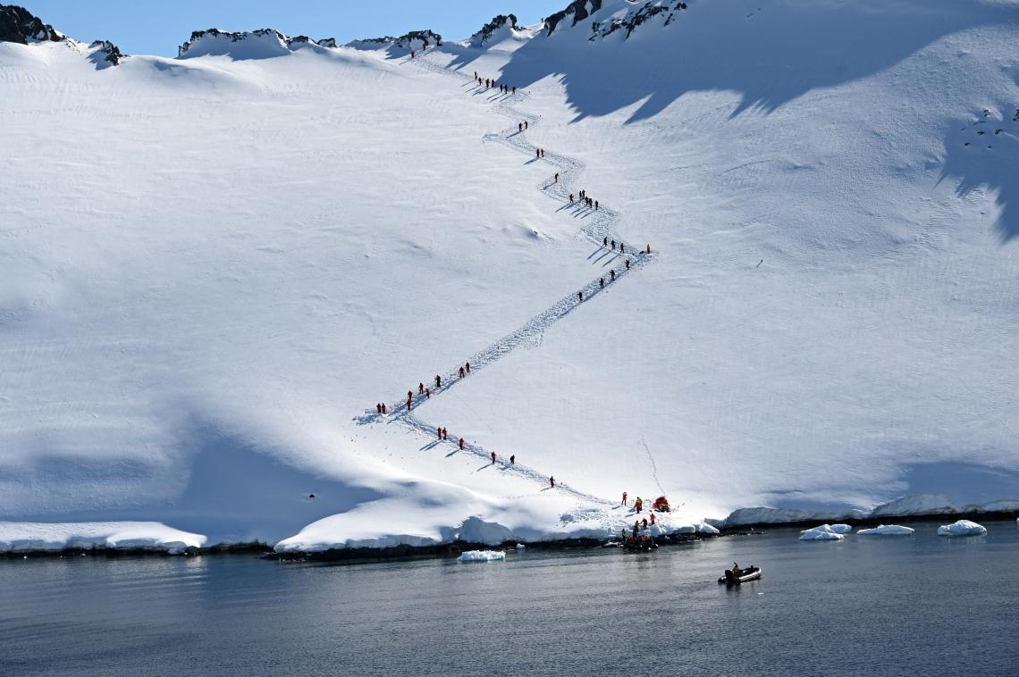 Turistas esquiam em Orne Harbur nas Ilhas Shetland do Sul, na Antártica