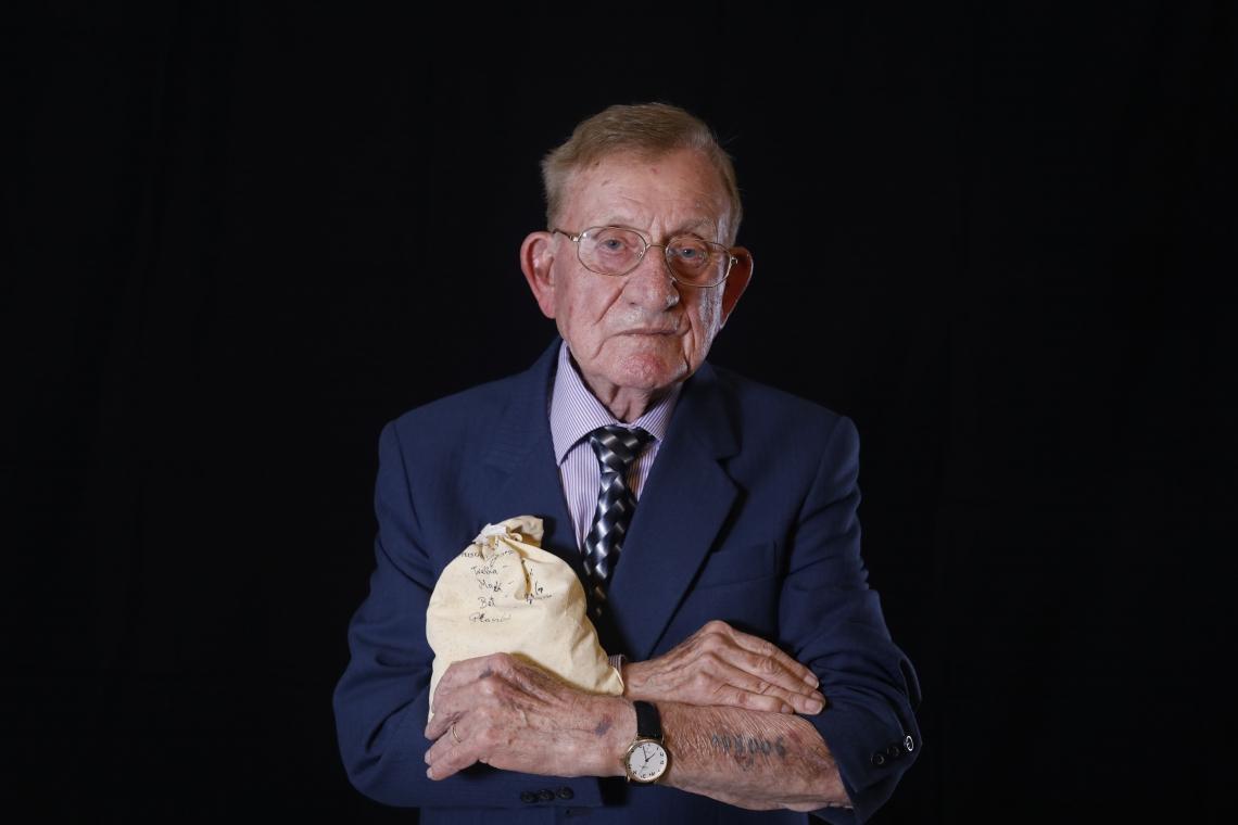 Shmuel Blumenfeld carrega uma sacola contendo terra de locais onde seus familiares foram mortos por nazistas