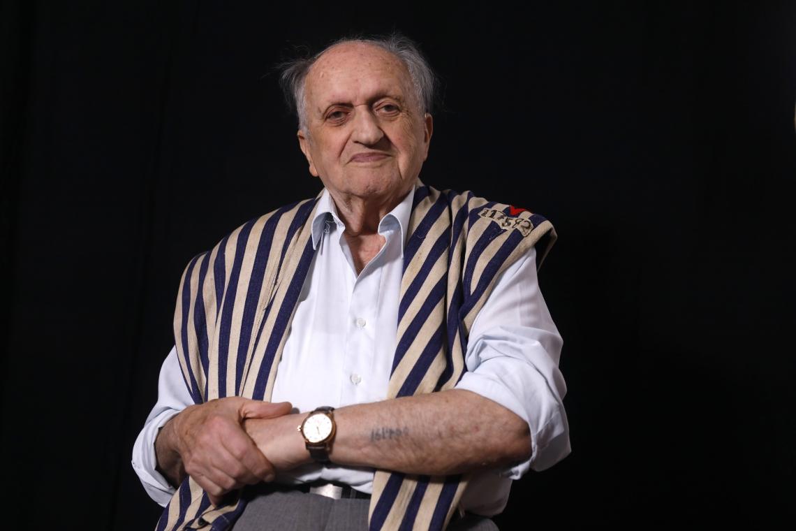 Dov Landau posa enquanto mostra o braço com o número da prisão de Auschwitz