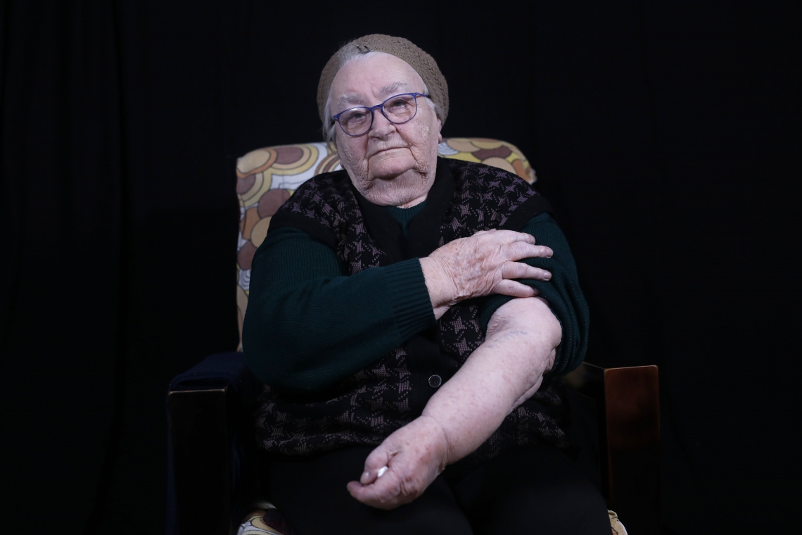 Helena Hirsch mostra seu braço com o número da prisão de Auschwitz