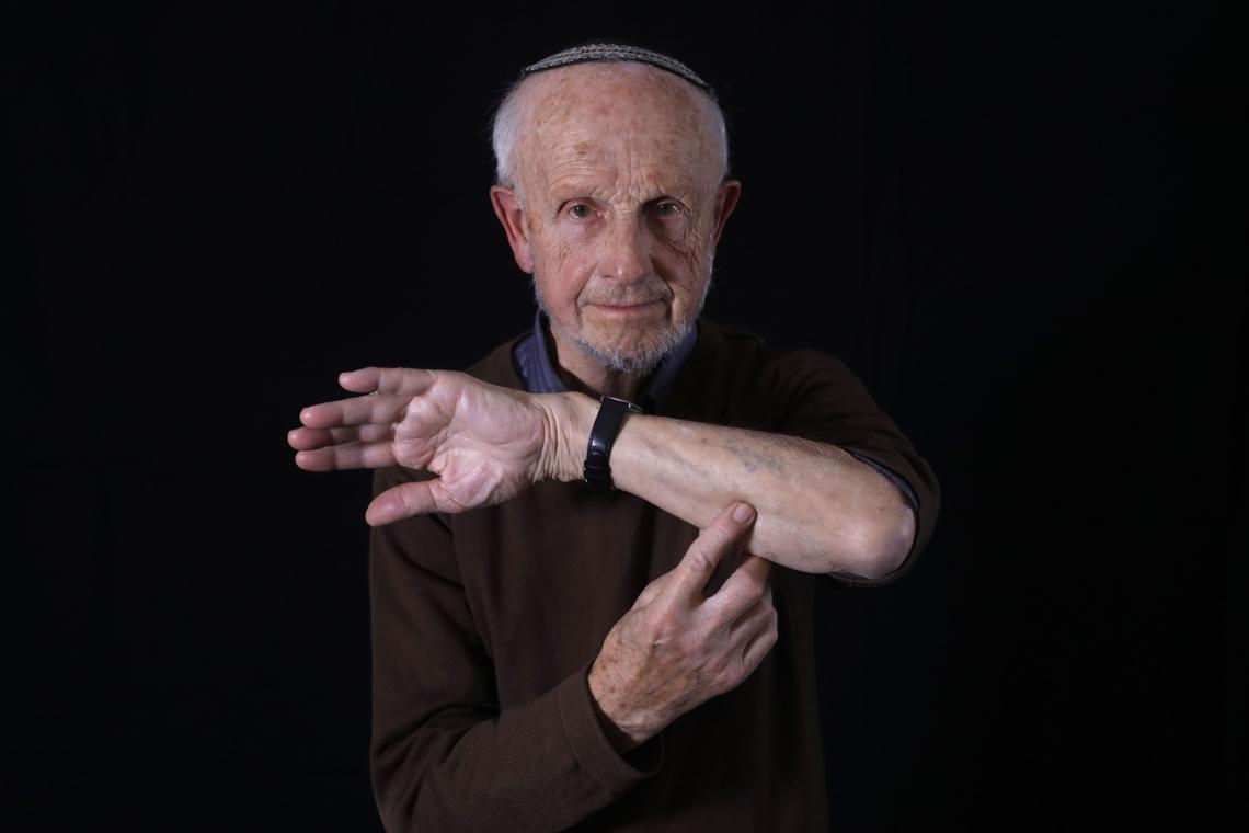 Saul Oren mostra seu braço marcado na prisão de Auschwitz