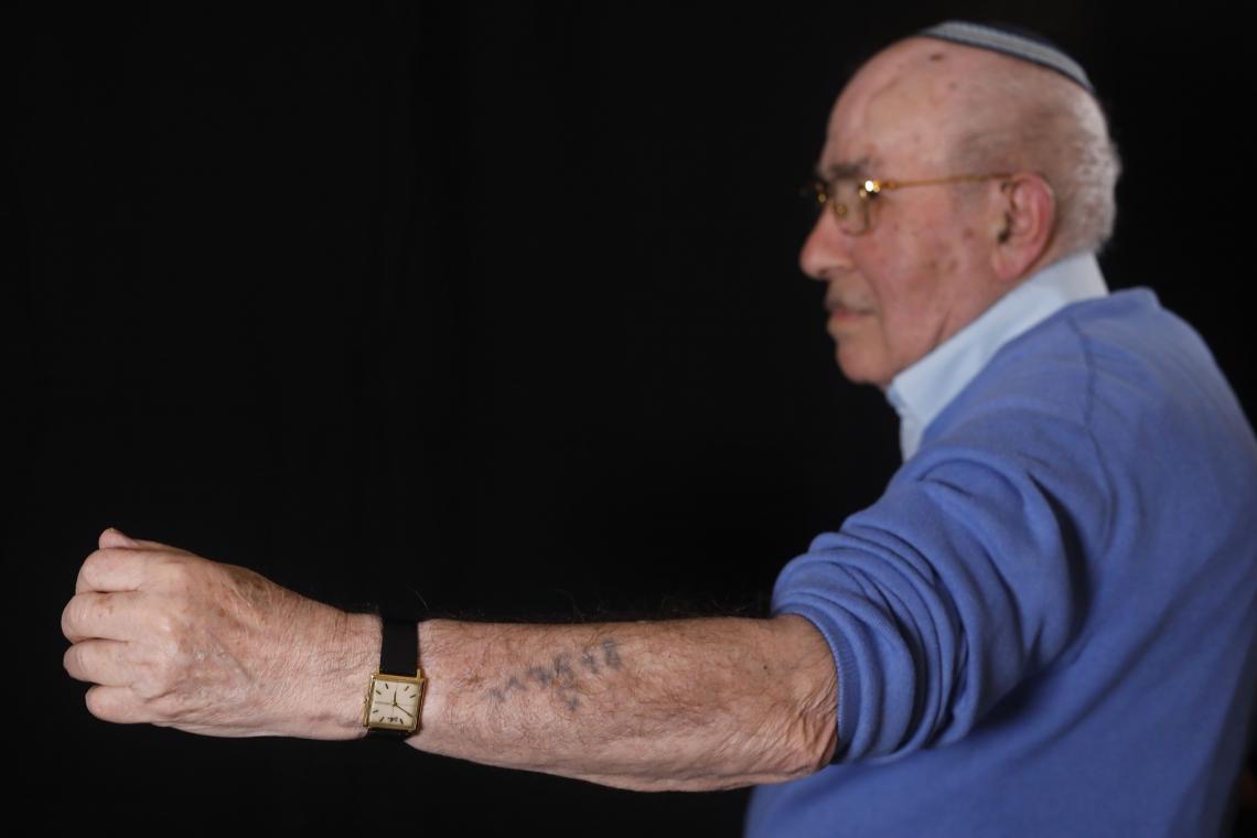 Szmul Icek mostra seu número de prisão de Auschwitz