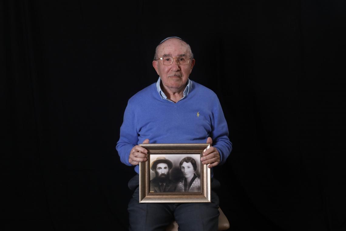 Szmul Icek mostra uma foto de seus pais mortos pelos nazistas