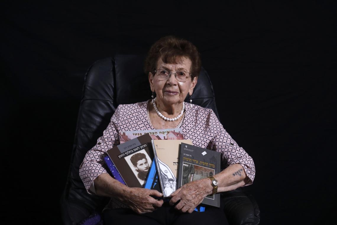 Batcheva Dagan posa com livros de sua autoria
