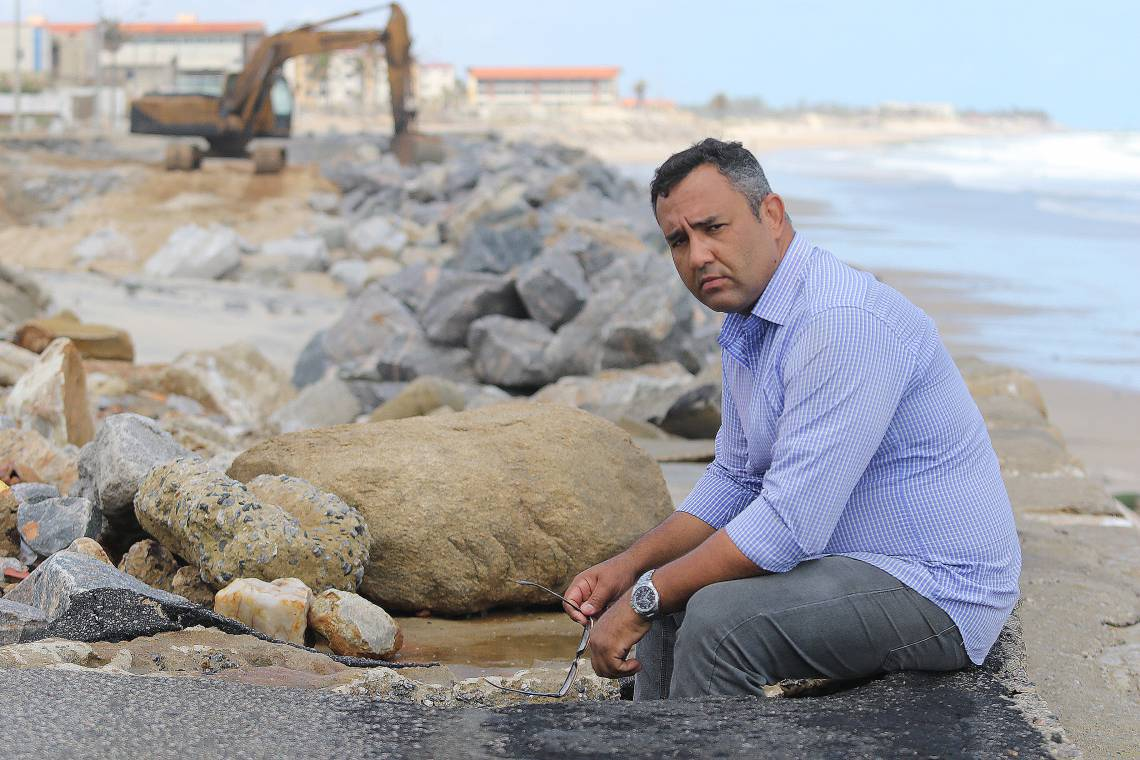 Alisson Paulinele, representante dos condomínios atingidos pela erosão causada pelo avanço do mar, na praia do Icaraí