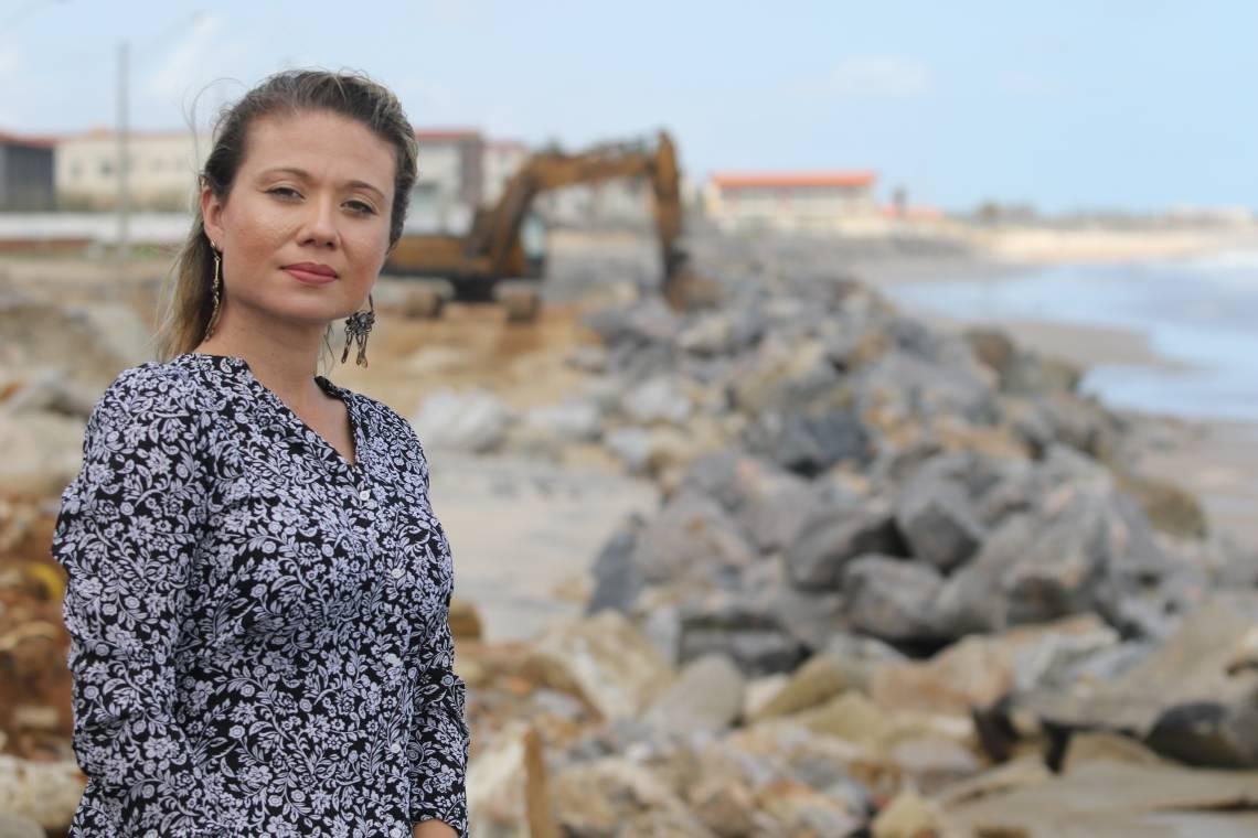 Jamilly Melo, engenheira civil da prefeitura de Caucaia , fala sobre o avanço do mar no Icaraí