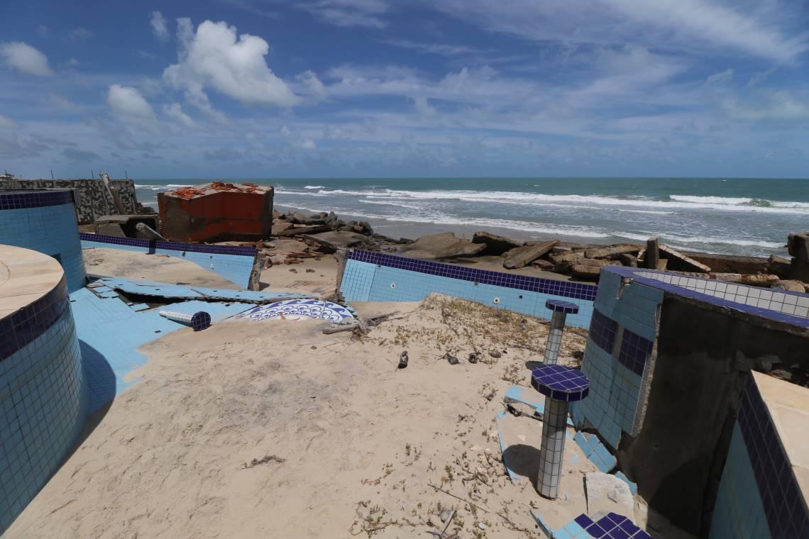Mansão na praia da Caponga destruída pelo avanço do mar. A força das águas destruiu completamente o imóvel, inclusive as duas piscinas, deixando parte das fundações à mostra