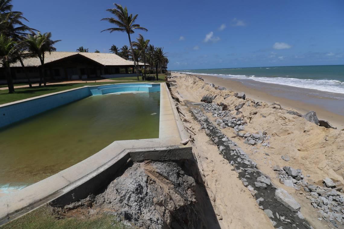 Avanço do mar provoca danos nas casas de praia na Tabuba