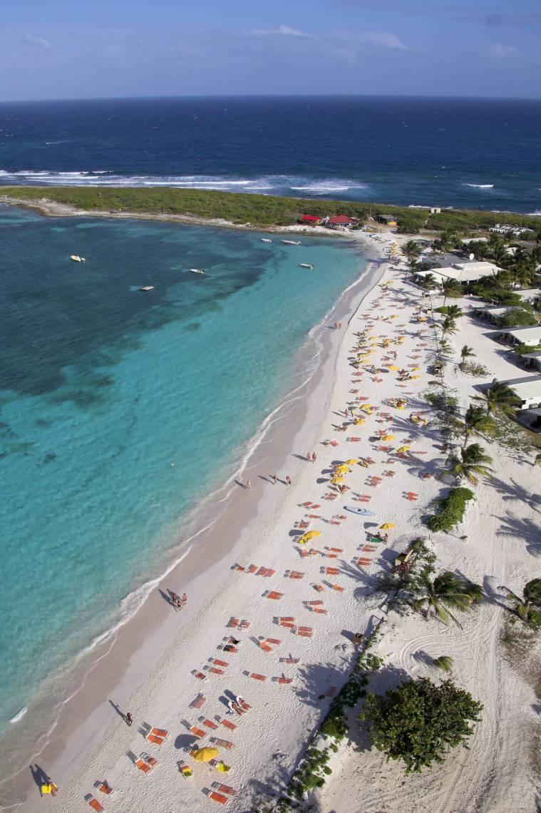 A ilha de Saint Martin é conhecida por suas belas praias e pela vida noturna cheia de opções de diversão