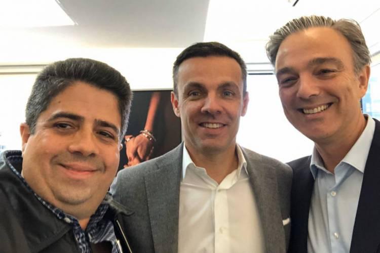 Alexandre Leitão com o CEO da Cartier Américas, Bruno Carraz, e Maxime Tarneaud, CEO Cartier Brasil. Foto selou encontro, em Miami, onde o trio tratou da Tânia Joias Recife