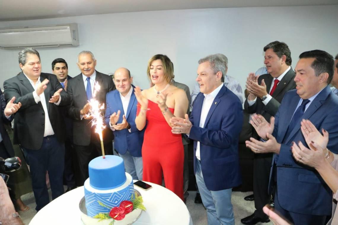 ANIVERSÁRIO de Sarto reuniu várias lideranças políticas como Cid e o prefeito Roberto Cláudio