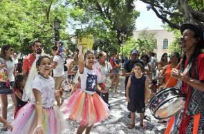 O arte educador Marcos Melo conduzirá oficina de máscaras e bailinho infantil no CCBNB