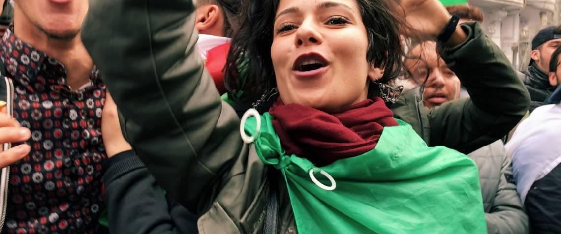 """""""Nardjes A."""", do cearense Karim Ainouz. Filme acompanha um dia na vida de uma jovem durante protestos na Argélia, terra natal do pai do diretor"""