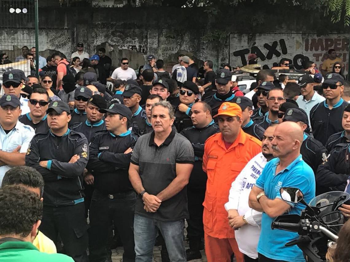 Policiais militares paralisados deixaram de usar balaclava e passaram a vestir fardamento da PM